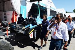 El coche dañado de Sébastien Buemi, Renault e.Dams, es llevado a pits después del choque