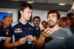 Verjaardagsfeestje van Fernando Alonso, McLaren met Frederic Vasseur, teambaas Sauber, Daniil Kvyat,