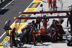Max Verstappen, Red Bull Racing RB13 s'arrête au stand