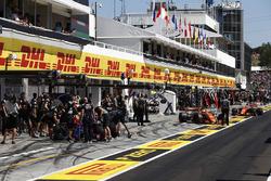Daniil Kvyat, Scuderia Toro Rosso STR12, Stoffel Vandoorne, McLaren MCL32, Fernando Alonso, McLaren MCL32