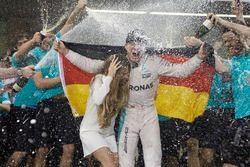 Nico Rosberg, Mercedes AMG F1 viert zijn titel met zijn vrouw Vivian Rosberg en hetteam