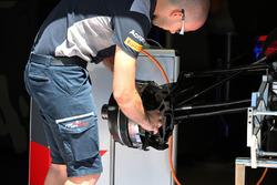 Scuderia Toro Rosso STR12, mozzo della ruota anteriore