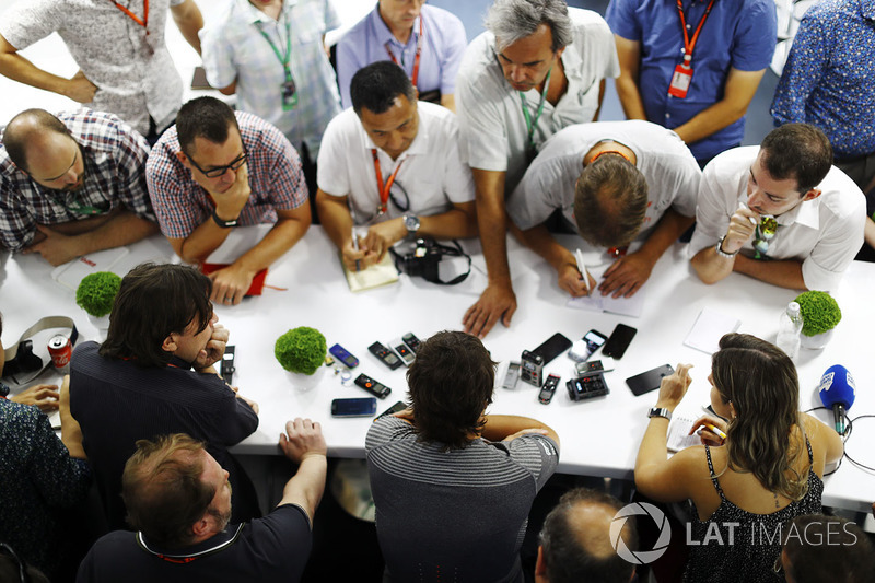 Fernando Alonso, McLaren, including Adam Cooper and Jonathan Noble, Motorsport.com Editor