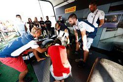 Fans nemen deel aan de Pit Stop Challenge in het F1 fan village