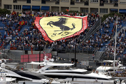 Tifosi con una bandiera Ferrari