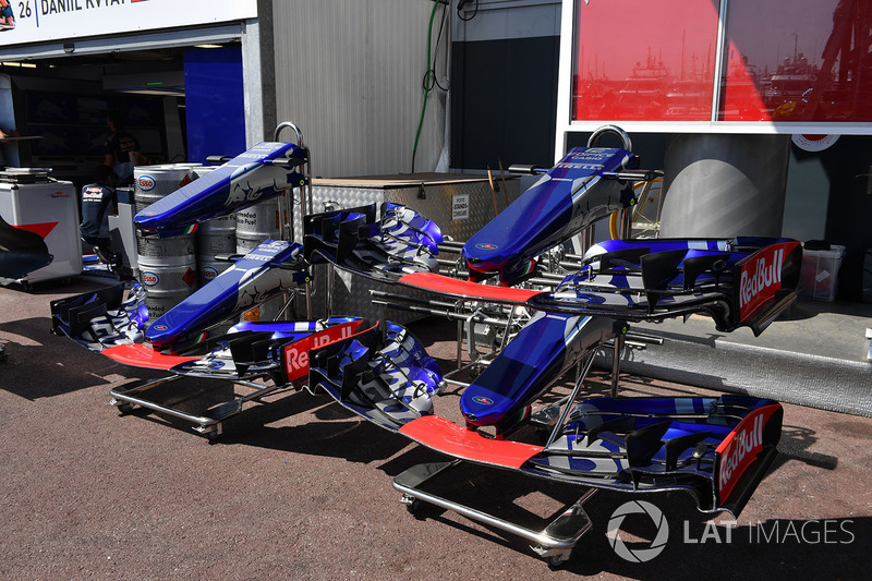 Scuderia Toro Rosso STR12 nose and front wings