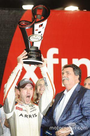 Il Campione 2016 e vincitore della gara Daniel Suarez, Joe Gibbs Racing Toyota, Mike Helton amminist
