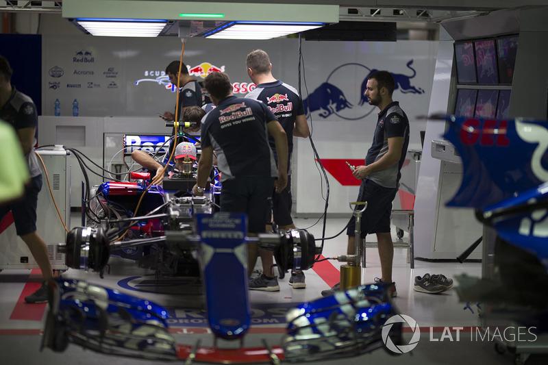 Une Scuderia Toro Rosso STR12 dans le garage