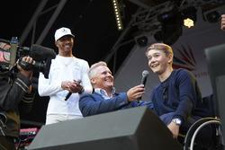 Гонщик Mercedes AMG F1 Льюис Хэмилтон, ведущий Sky Sports Джонни Херберт и Билли Монгер