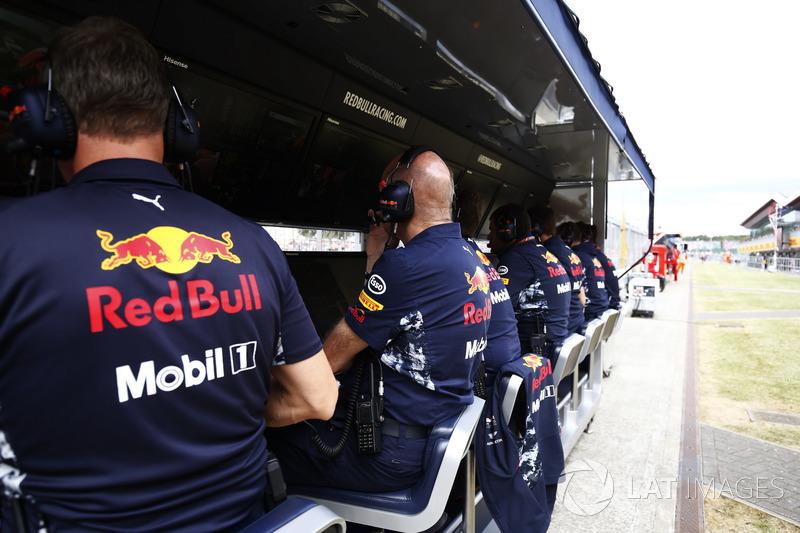 Red Bull y Ferrari pit walls