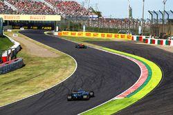 Valtteri Bottas, Mercedes AMG F1 W08, en Daniel Ricciardo, Red Bull Racing RB13