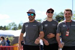 Fernando Alonso, McLaren, Stoffel Vandoorne, McLaren y Paul James, McLaren Team Manager