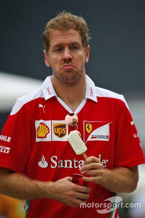 Sebastian Vettel, Ferrari, isst eine Süßigkeit