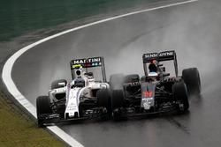 (Зліва направо): Валттері Боттасs, Williams FW38 та Фернандо Алонсо, McLaren MP4-31, боротьба за поз