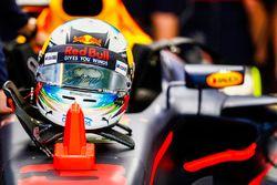 Helm von Daniel Ricciardo, Red Bull Racing RB13, Regenwolke auf dem Visier