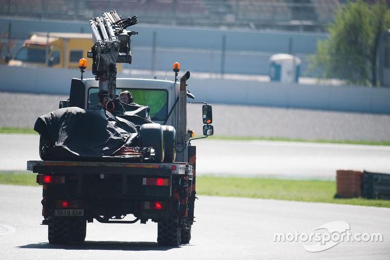 El McLaren MCL32 de Fernando Alonso es regresado a los pits