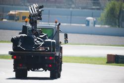 La McLaren MCL32 de Fernando Alonso est ramenée dans les stands