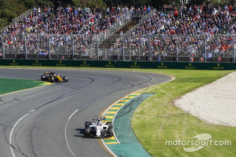 Lance Stroll, Williams FW40, leads Jolyon Palmer, Renault Sport F1 Team RS17