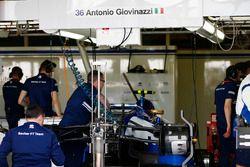الميكانيكيون يجهزون السيارة لأنطونيو جيوفينازي، ساوبر