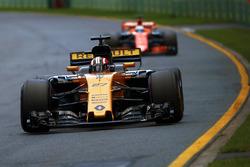 Nico Hülkenberg, Renault Sport F1 Team, RS17; Fernando Alonso, McLaren, MCL32