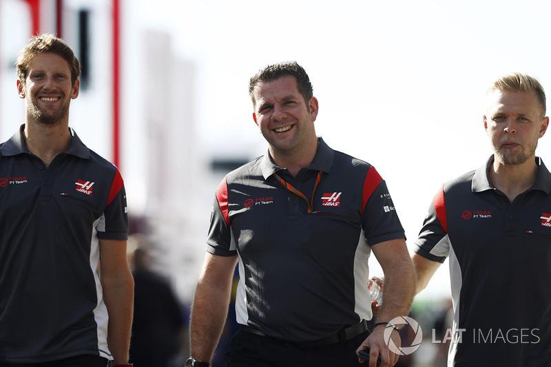 Romain Grosjean, Haas F1 Team, Peter Crolla, coordinador de carrera, Haas F1 Team, Kevin Magnussen, Haas F1 Team