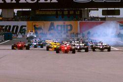 Start zum GP Frankreich 1997 in Magny-Cours: Michael Schumacher, Ferrari F310B, führt