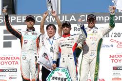 Podium: race winner Yuhi Sekiguchi, Team Impul, second place Hiroaki Ishiura, Cerumo Inging, Team Impul, third place Andre Lotterer, Team Tom's