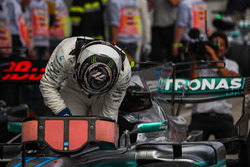 Il vincitore della gara Valtteri Bottas, Mercedes AMG F1 F1 W08 arriva a festeggiare nel parco chius
