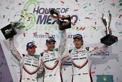 Podio: ganadores Timo Bernhard, Earl Bamber, Brendon Hartley, Porsche Team