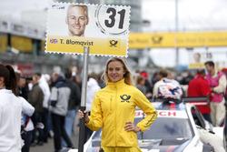 Grid girl van Tom Blomqvist, BMW Team RBM, BMW M4 DTM