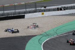 Crash, Ferdinand Habsburg, Carlin, Dallara F317 - Volkswagen, Guan Yu Zhou, Prema Powerteam, Dallara F317 - Mercedes-Benz