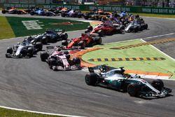 Lewis Hamilton, Mercedes AMG F1 W08, Esteban Ocon, Sahara Force India F1 VJM10, Lance Stroll, Williams FW40, Kimi Raikkonen, Ferrari SF70H, et le reste du peloton au départ