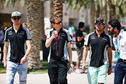 Nico Hülkenberg und Sergio Perez mit Force-India-Pressesprecher Will Hings