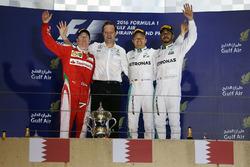 Podium : le vainqueur Nico Rosberg, Mercedes AMG F1 Team, Aldo Costa, directeur de l'ingénierie de Mercedes AMG F1, le 2e Kimi Räikkönen, Ferrari, et le 3e Lewis Hamilton, Mercedes AMG F1 Team