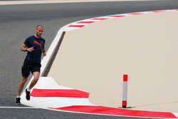 Daniel Schloesser, physio Mercedes AMG F1 court autour du circuit