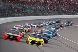 Start: Martin Truex Jr., Furniture Row Racing Toyota leads