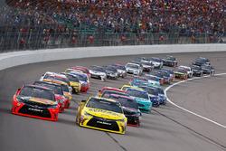 Départ : Martin Truex Jr., Furniture Row Racing Toyota mène