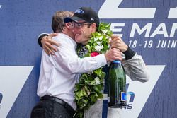 Подиум LMGT Pro: победители Себастьен Бурдэ, #68 Ford Chip Ganassi Racing Ford GT и Билл Форд мл., и