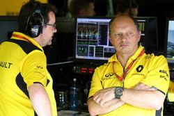 Жюльен Симон-Шотемп, Renault Sport F1 Team и Фредерик Вассёр, гоночный директор Renault Sport F1 Tea