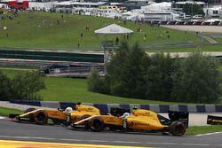 Kevin Magnussen, Renault Sport F1 Team R.S.16 et son équipier Jolyon Palmer, Renault Sport F1 Team R.S.16