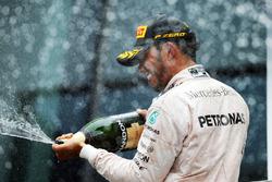 Le vainqueur Lewis Hamilton, Mercedes AMG F1 fête sa victoire sur le podium