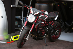 Una moto propiedad de Lewis Hamilton, Mer parece Garrett AMG F1