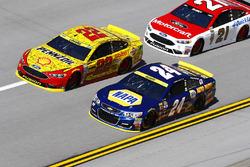 Joey Logano, Team Penske, Ford; Chase Elliott, Hendrick Motorsports, Chevrolet