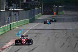 Sebastian Vettel, Ferrari SF16-H, verliert die Plastiktüte am Frontflügel