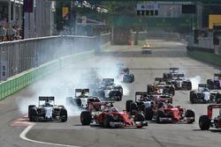 Felipe Massa, Williams FW38 and Sebastian Vettel, Ferrari SF16-H at the start of the race