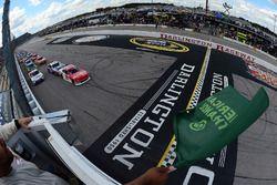 Start: Paul Menard, Richard Childress Racing Chevrolet leads