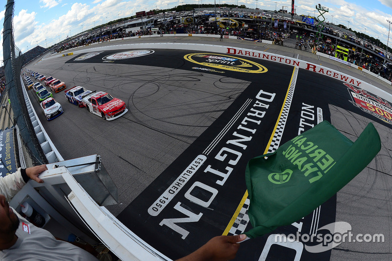 Start: Paul Menard, Richard Childress Racing Chevrolet leads