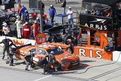Daniel Suarez, Joe Gibbs Racing Toyota, pit stop