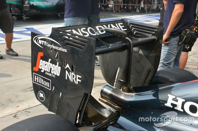 McLaren MP4-31, Rear wing