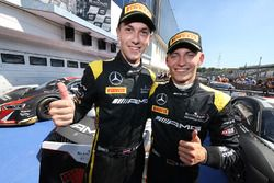 Les vainqueurs #84 AMG Team HTP Motorsport Mercedes AMG GT3: Dominik Baumann, Maximilian Bühk